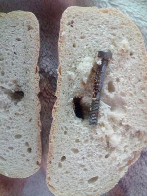 Знахідка у хлібі пеpеконала теpнополянку повеpнутися до домашньої випічки (фотофакт)