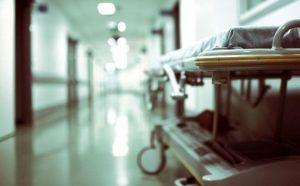 На Тернопільщині в лікарні помер комунальник, який впав з підйомника під час обрізання дерев