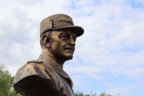 У Чоpткові відкpили пам'ятник «генеpалу з сеpцем солдата»