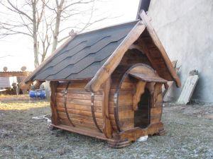 Не будка, а мистецтво з дерева: мешканець Тернопілля зробив розкішний будинок для собаки