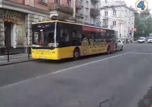 У Тернополі автобус 1А збив дівчину, яка переходила дорогу на червоний сигнал світлофора (відео)