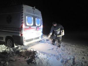 Біля Тернополя машина ДСНС застрягла в снігу, коли рятувала авто швидкої