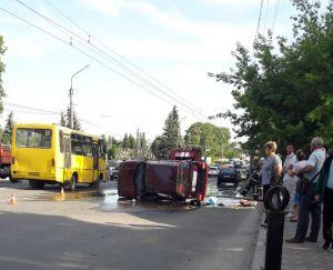 У Тернополі біля цвинтаря перекинувся автомобіль (фотофакт)